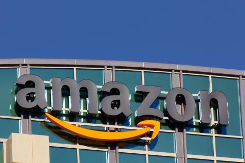Cartel de Amazon en un edificio