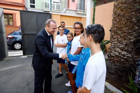 El alcalde de Las Palmas de Gran Canaria, Augusto Hidalgo saludando a unos alumnos