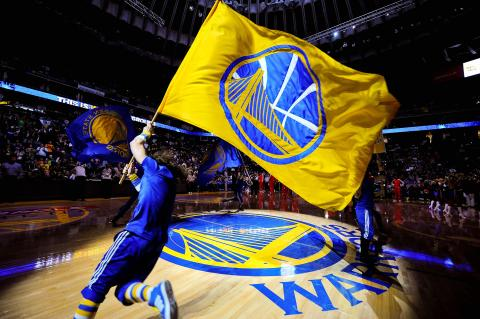Jugador del Warriors de Golden State con una bandera