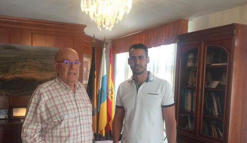 El alcalde de LA Oliva, Isai Blanco y Antonio Hormiga