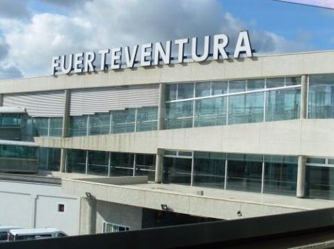Cartel con letras de Fuerteventura en el aeropuerto