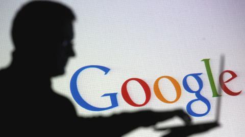 Sombra de un hombre y logo de Google