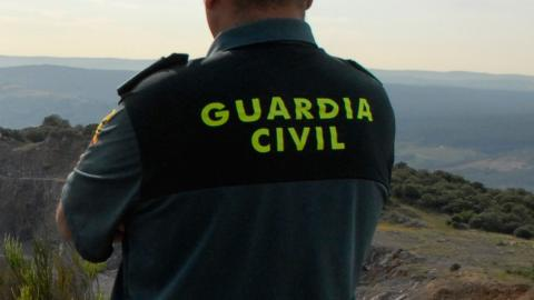 Un guardia civil de espalda