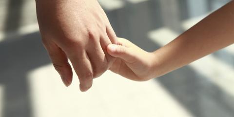 Mano de una madre y un niño