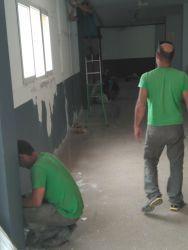 Trabajadores en el pabellón municipal de Firgas