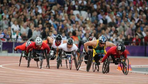 Deportistas paralímpicos en sillas de rueda