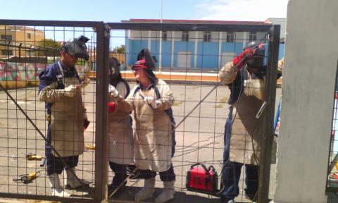 Alumnos colocando el vallado