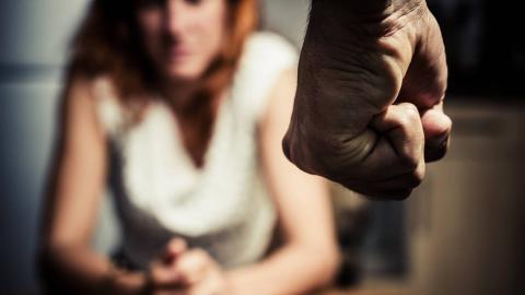 El puño de un hombre y una mujer
