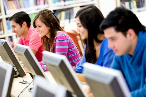Estudiantes en el ordenador