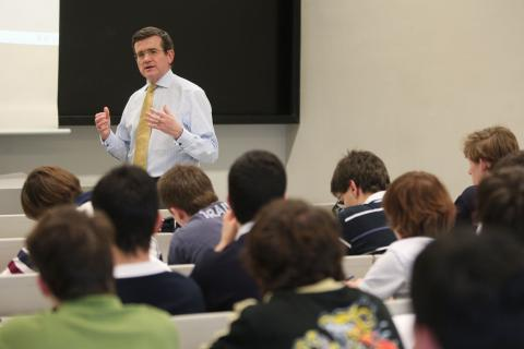 Un profesor en clase con alumnos