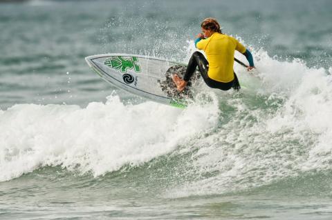 Iballa Ruano en una tabla de surf