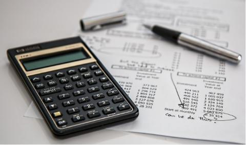 Una calculadora, y facturas