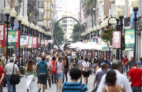 Gente en la calle Triana de Las Palmas de Gran Canaria