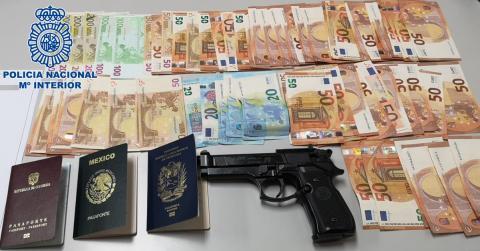Dinero y arma incautada por la policia