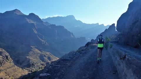 Un corredor en la montaña