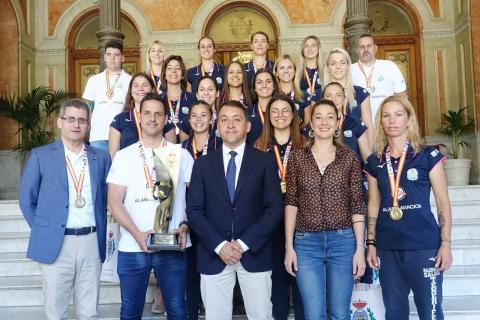 José Manuel Bermúdez con las jugadoras del Balonmano Salud