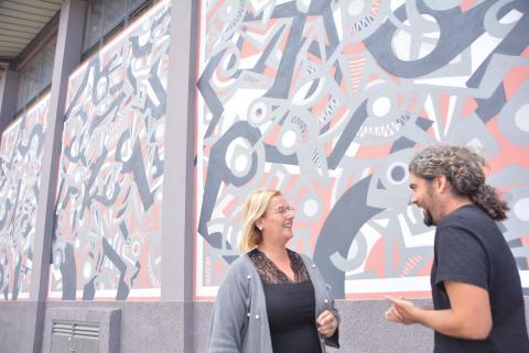 Gerga y Elena Álamo frente al mural