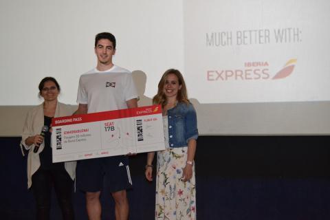 """Pasajero """"30 Millones"""" de Iberia Express recibiendo el premio"""