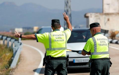 policías en un control de tráfico