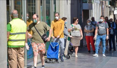 personas con mascarillas por coronavirus