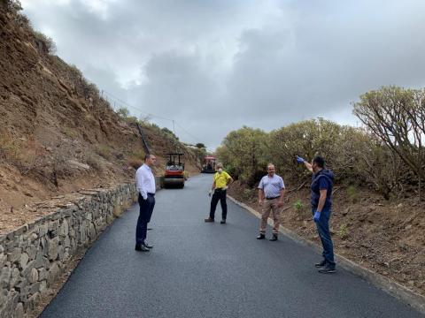 El alcalde de Santa María de Guía, Pedro Rodríguez, junto al concejal de Vías y Obras, Aniceto Aguiar, visitaron las obras de reasfaltado