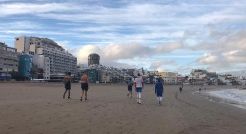 personas paseando en la playa de Las Canteras en Estado de Alarma