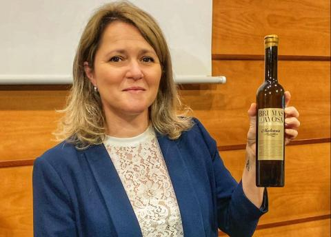 La Consejera Alicia Vanoostende con el vino ganador Brumas de Ayosa