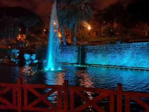 Fuentes Parque Doramas iluminadas. Las Palmas de Gran Canaria