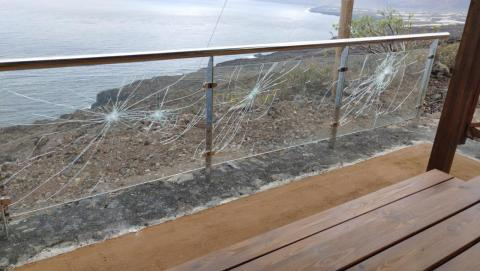 acto vandálico en un mirador de la red de carreteras insular de El Hierro