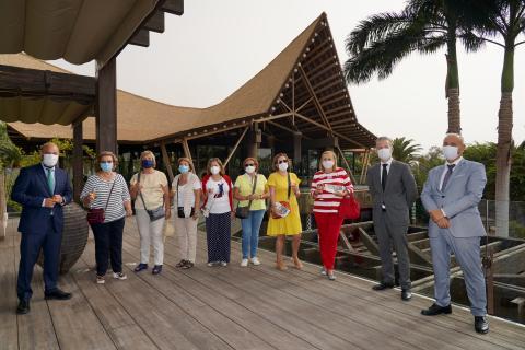 Enrique Montes, director Lopesan Baobab Resort, recibe a los primeros clientes del hotel. Gran Canaria