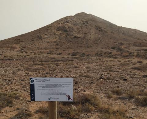 señales para proteger el BIC de los grabados rupestres de la montaña de Tindaya. Fuerteventura