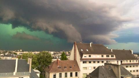 Cielo teñido de verde antes de la tormenta. Francia
