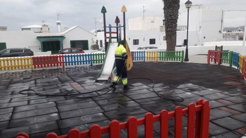 Limpieza de Parques infantiles en San Bartolomé. Lanzarote