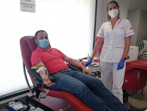 Raúl Afonso, alcalde de la Villa de Moya, donando sangre