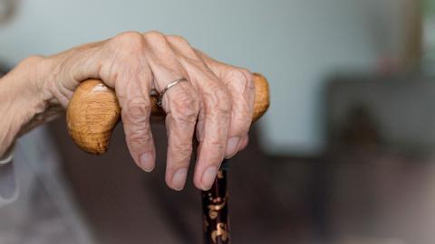 Dos trabajadoras maltratan a una anciana en una residencia en España