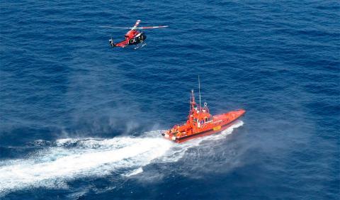 Helicóptero y barco de Salvamento Marítimo