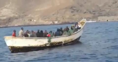 Remolcan hasta el puerto de S/C de Tenerife un cayuco con 31 ocupantes