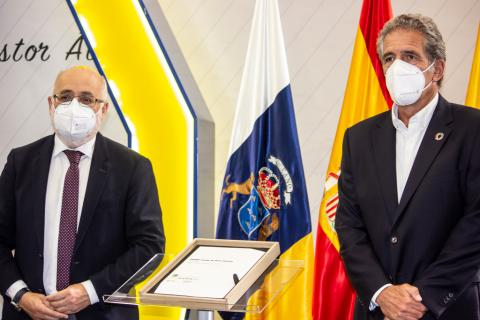 El Cabildo de Gran Canaria recibe la placa DOCOMOMO