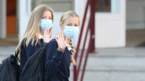 La princesa Leonor y la infanta Sofía llegando al colegio