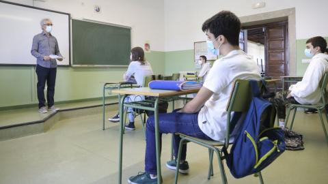 Profesores y alumnos en aula con mascarillas