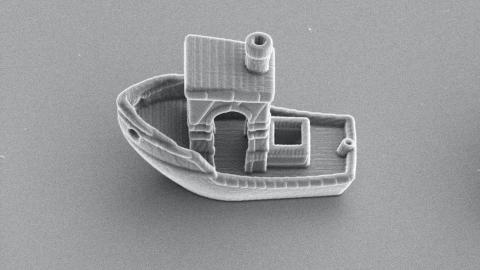 Un micronadador sintético en forma de barco