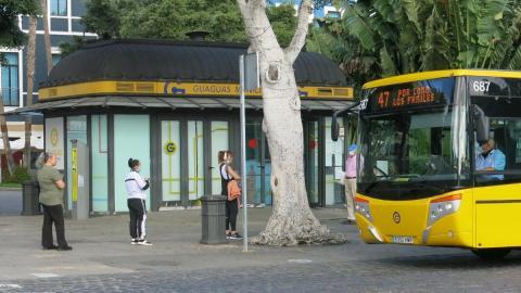 Bajan los viajeros de guaguas urbanas en Canarias