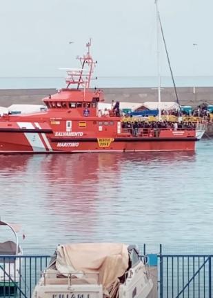 LLegada de inmigrantes en un barco de Salvamento al muelle de Arguineguín