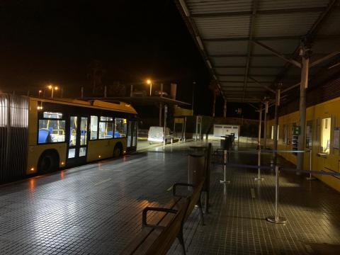 Sin luz en la parada de Guaguas Municipales del teatro Pérez Galdós / CanariasNoticias.es