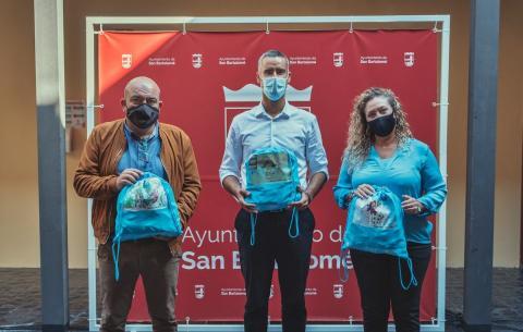 """San Bartolomé y Pequeño Valiente presentan sus """"Mochilas solidarias"""" /CanariasNoticias.es"""
