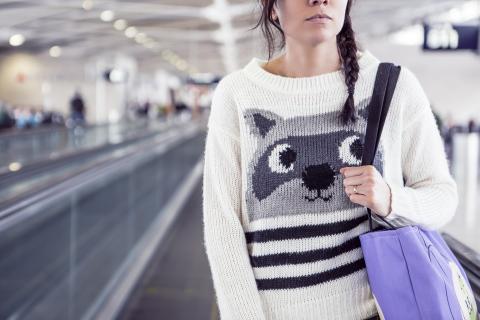 Joven en aeropuerto