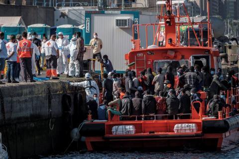 Inmigrantes en el muelle de Arguineguín/ canariasnoticias.es