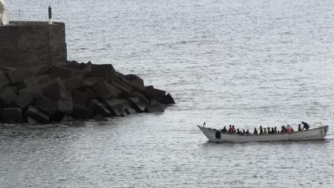 Llega al muelle de La Restinga una embarcación con 49 migrantes/ canariasnoticias.es 13122020