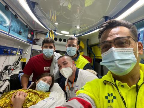 Personal del SUC en la ambulancia junto a la madre y la recién nacida / CanariasNoticias.es