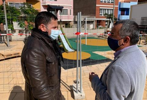 Héctor Suárez y Álvaro Monzón en el parque infantil de Clavellinas / CanariasNoticias.es